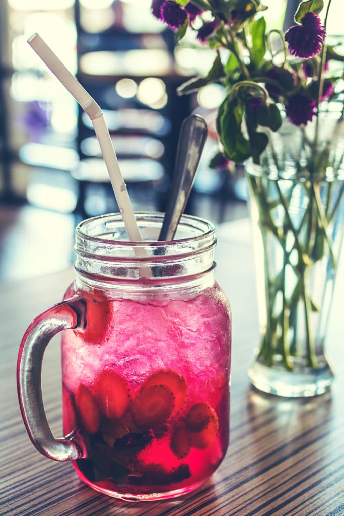 Gesundes und lecker aussehendes Wasser mit Früchten. Gesunde Ernährung kann Spaß machen