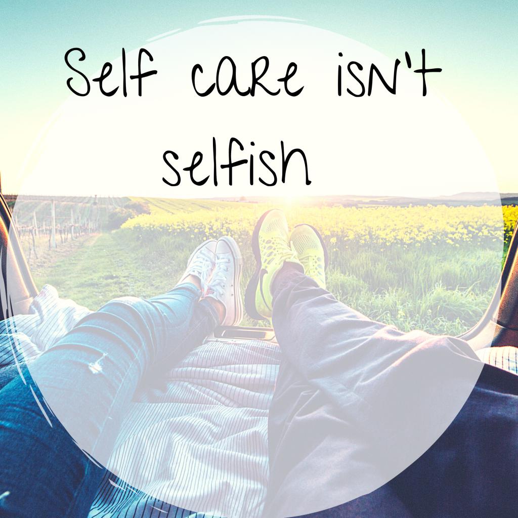"""Text """"Self care isn`t selfish"""" vor einem entspannten Hintergrundbild, das die Bedeutung von Selbstfürsorge und Soul-Food unterstreicht"""
