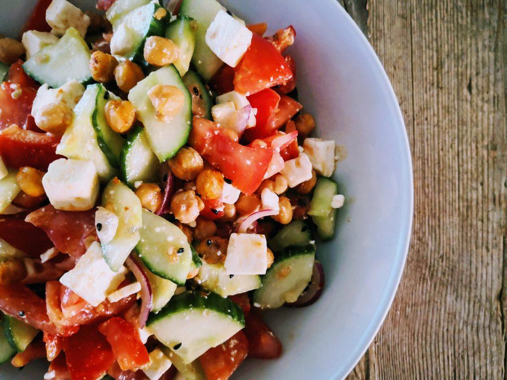 schneller Kichererbsen-Salat, orientalisch-frisch aus rustikalem Holztisch