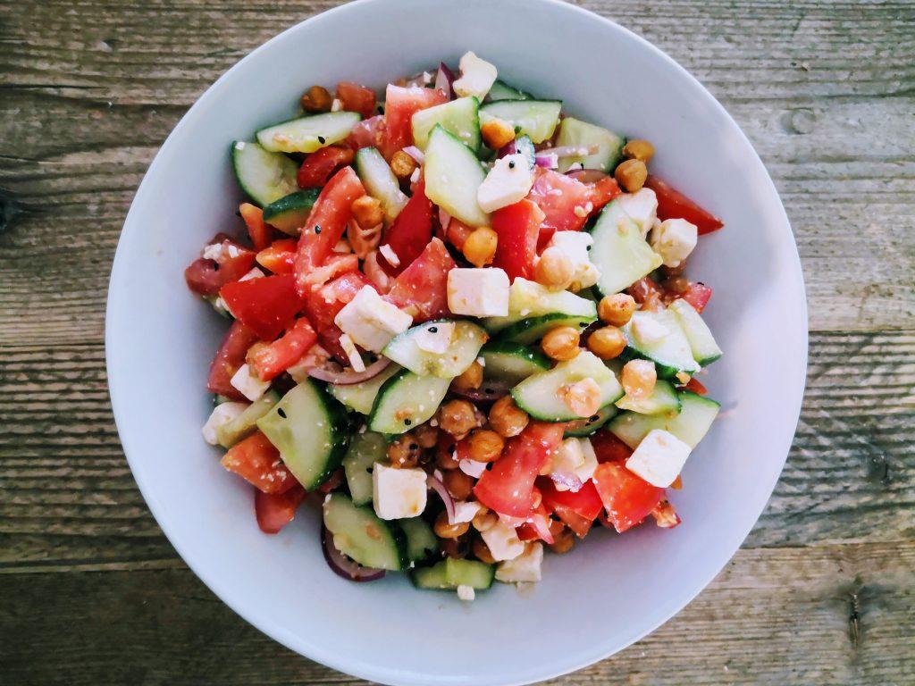 schneller Kichererbsen-Salat, orientalisch-frisch auf rustikalem Holztisch
