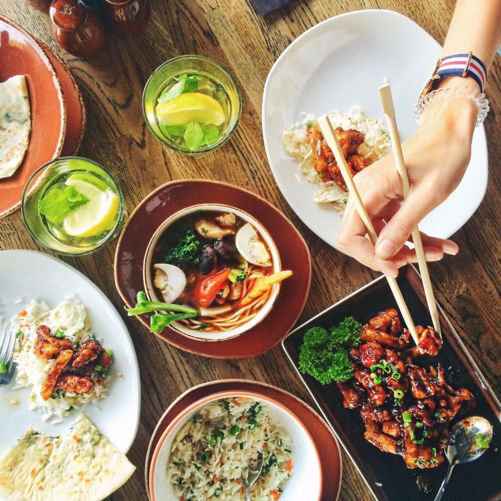 clean eating einfach gesund und lecker, am Beispiel frischer Mahlzeiten auf rustikalem Holztisch