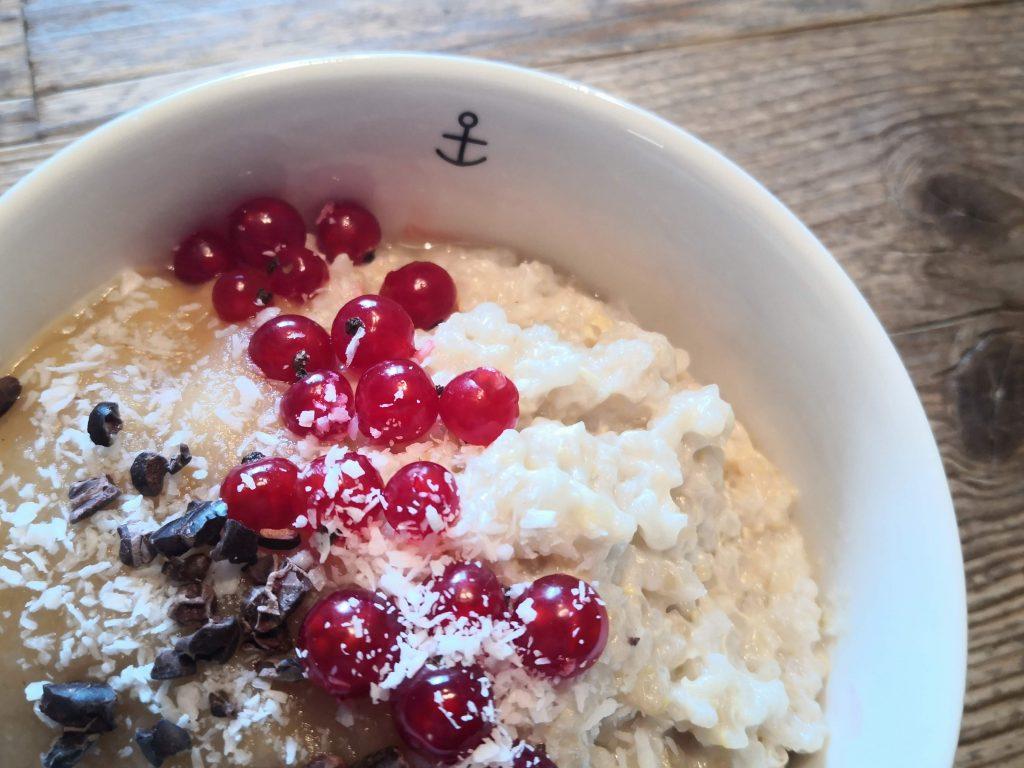 cremiger Sommer-Milchreis mit Kokos und Quinoa, angerichtet mit Beeren und Apfelmark