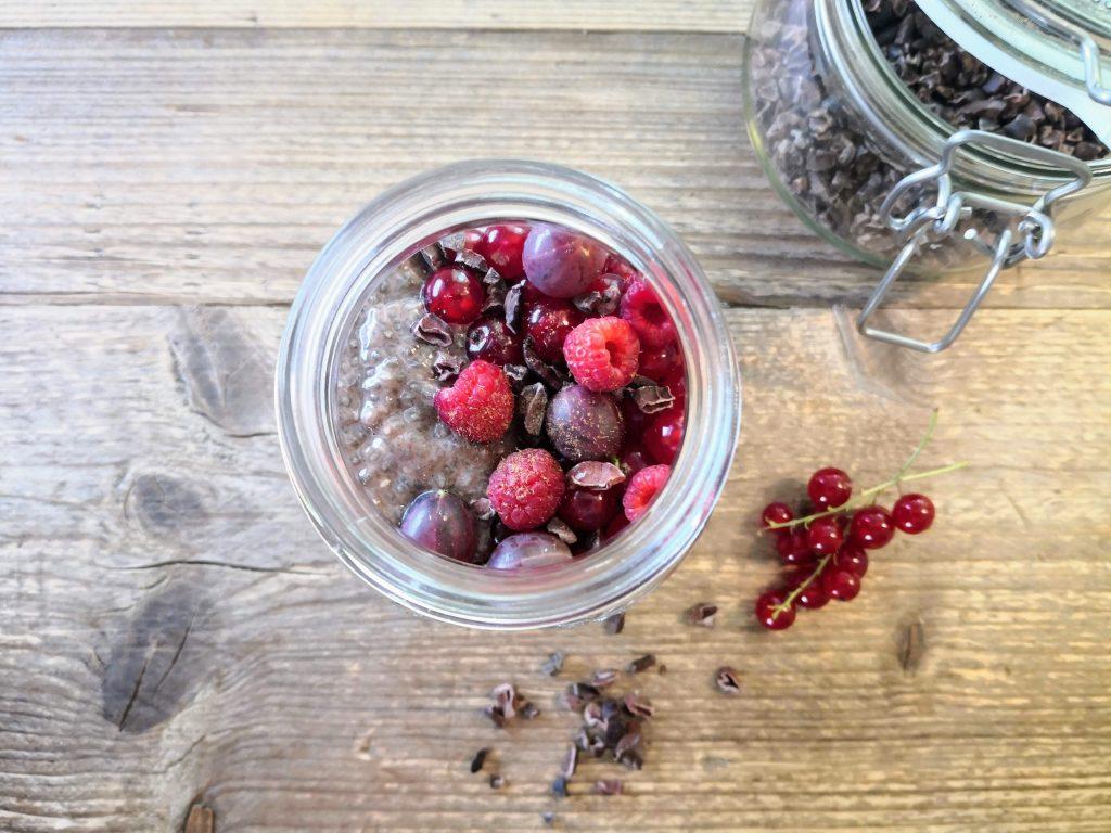 Schoko- Chiapudding mit Beeren, vegan und cremig